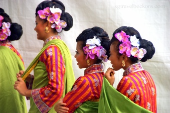 Smiling Malay dancers
